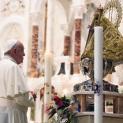 Đức Thánh Cha như một khách hành hương cầu nguyện trước Tượng Đức Mẹ Bác Ái El Cobre