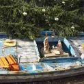 Máng cỏ được dựng trên một chiếc tầu đã đưa được các di dân người Tunisia đến bến Lampedusa, Ý, bình an